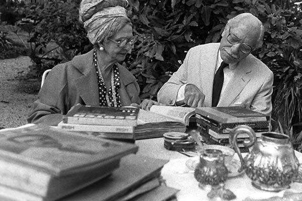 Teodoro Moscoso observando coleccion con Felisa Rincón
